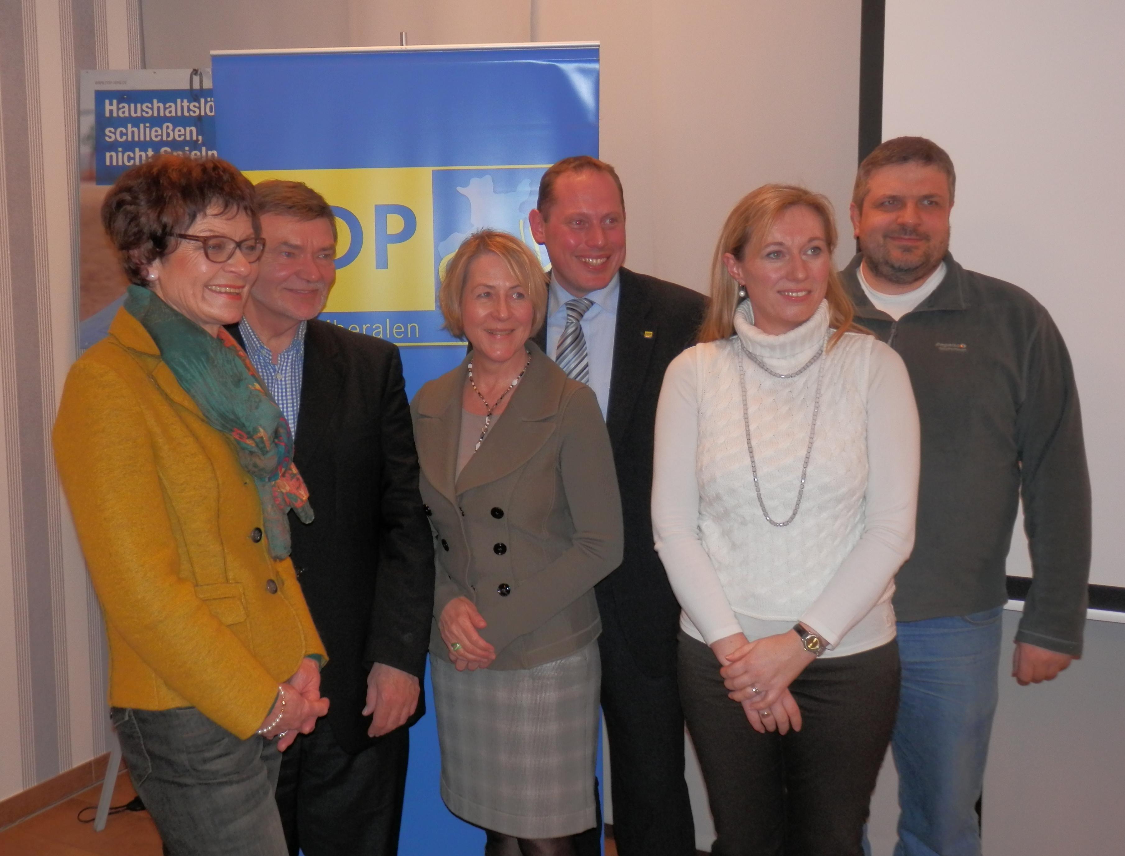 Die Kandidatinnen und Kandidaten der Reserveliste (Platz 1 bis 6, v. links: Cornelia Müller-Dieker (1), Wilhelm Pottkamp (4), Susanne Engelking (2), Martin Bierwirth (5), Marita Scholle-Branahl (6), Dirk Neitmann (2)
